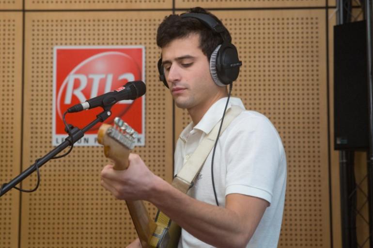 Adrien Gallo des BB Brunes dans les studios de RTL2