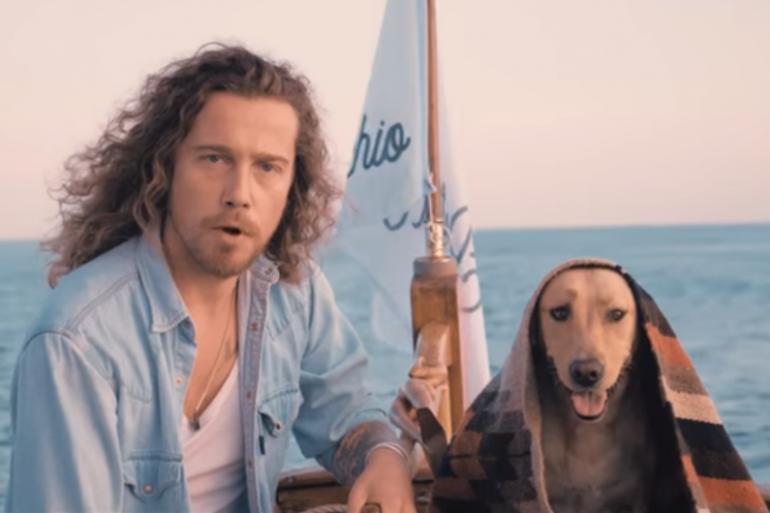 Julien Doré et son chien dans le clip Porto-Vecchio