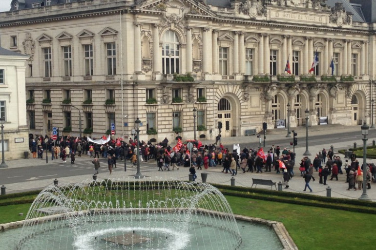 Fonctionnaires, étudiants, cheminots... Des centaines de personnes manifestent dans les rues de Tours.