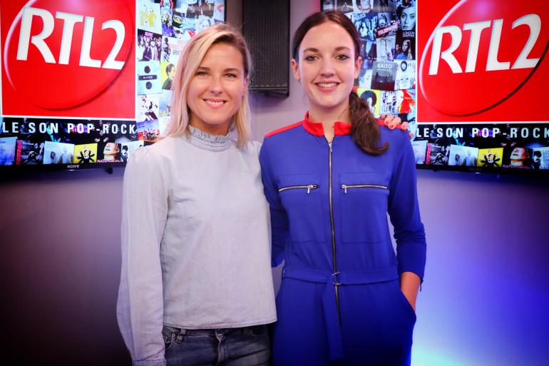 Jain en compagnie de Stéphanie Renouvin dans les studios de RTL2