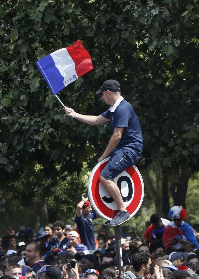 Un supporter français, dans la fan zone du Champ de Mars, à Paris, le 15 juillet 2018.