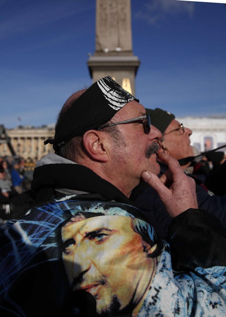 De nombreux fans ont porté des vêtements à l'effigie de leur idole, lors de l'hommage populaire à Johnny Hallyday.