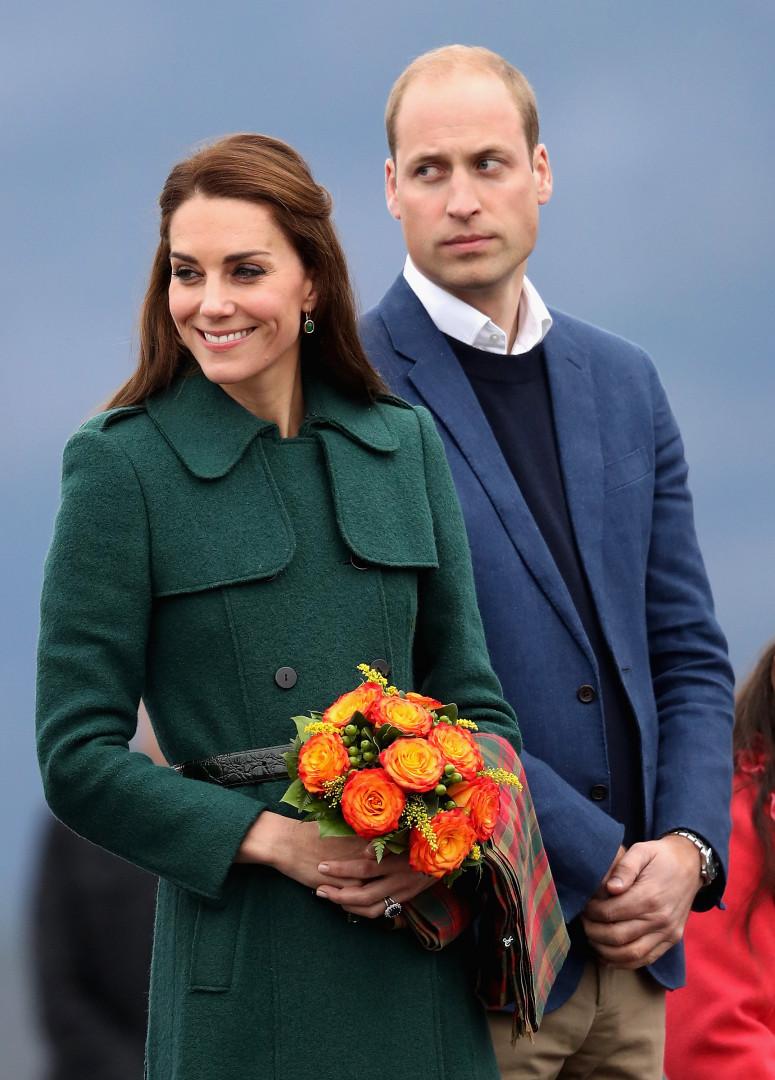 Radieuse avec le prince William et un bouquet de roses orangées, Kate Middleton s'apprête à rencontrer les gardes-forestiers canadiens, le 27 septembre