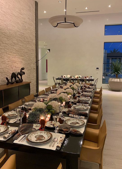La table du clan Kardashian-Jenner est aussi démesurée que leur maison
