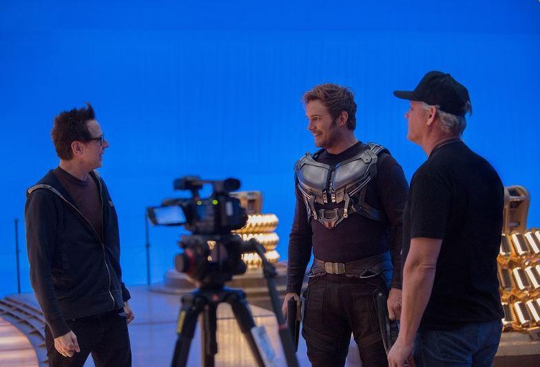 """Chris Pratt prend des consignes du réalisateur James Gun sur le tournage des """"Gardiens de la Galaxie 2"""""""