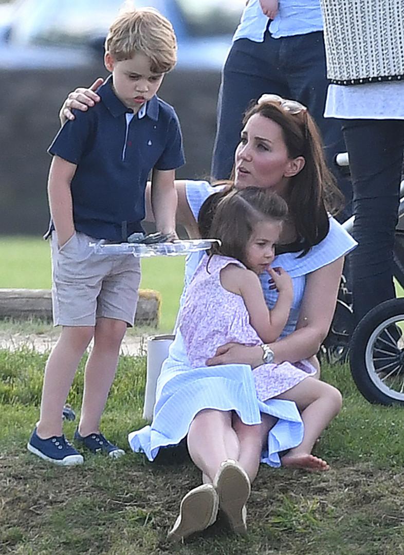 Le prince George et la princesse Charlotte tiennent compagnie à leur mère, la duchesse de Cambridge