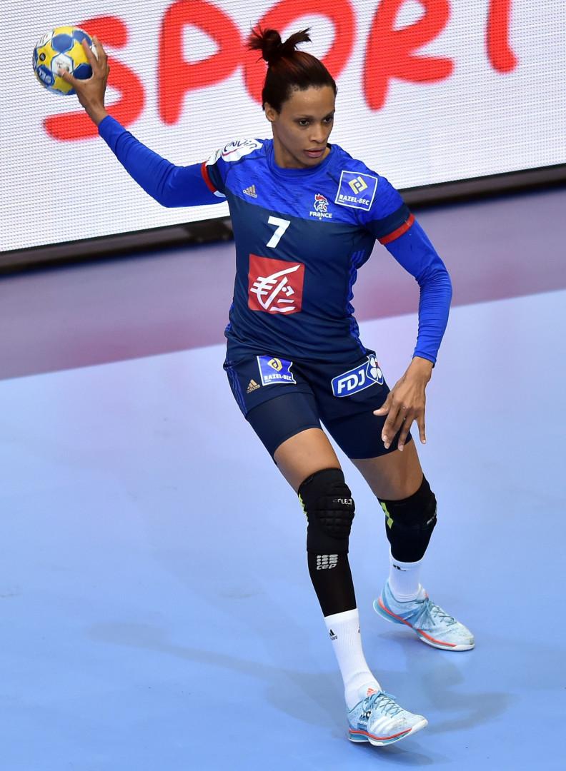 Allison Pineau, handballeuse professionnelle, occupe le poste de demi-centre en équipe de France depuis plus de dix ans. Elle est sacrée championne du monde, avec le reste de son équipe, en 2017 contre la Norvège