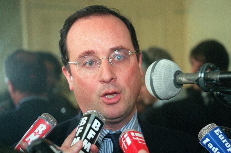 François Hollande en août 1999, lunettes rondes, sans bords