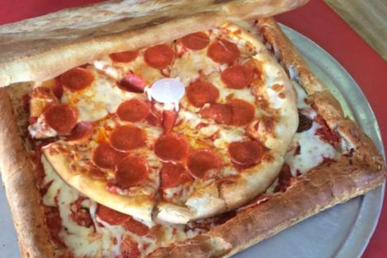 La pizza dans une boîte à pizza faite en pizza