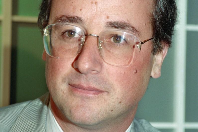 François Hollande, député PS de Tulle, en 1990, portait encore de larges lunettes, mais au bord moins apparent