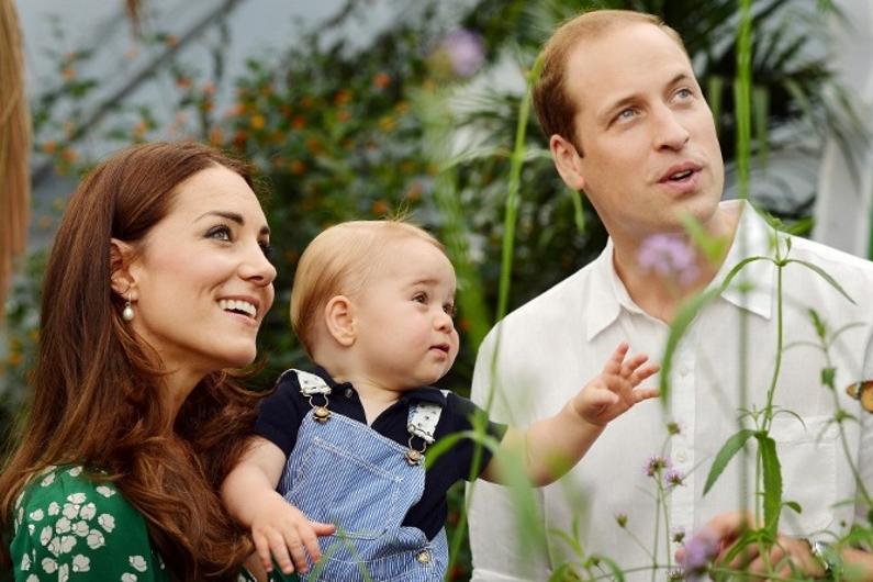 Le prince William et sa femme Kate avec leur fils, lors d'une visite au muséum d'histoire naturelle de Londres le 2 juillet 2014