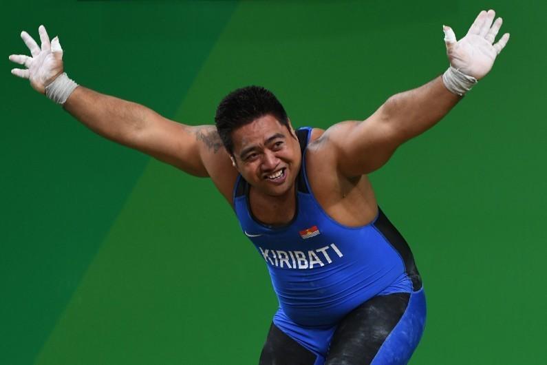 JO Rio 2016 : la danse de la joie de l'haltérophile David Katoatau
