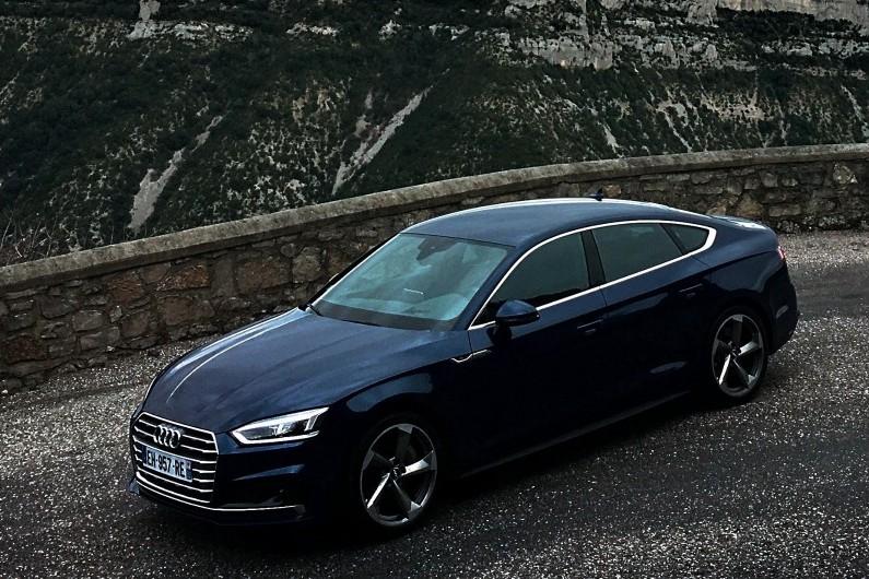 L'Audi A5 Sportback affirme son design iconique avec des lignes affûtées et sculpturales
