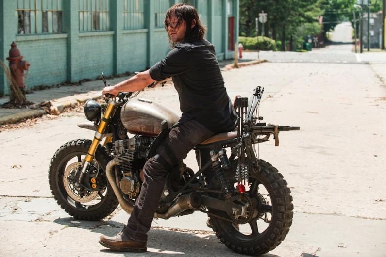 Daryl sur sa moto prêt à en découdre