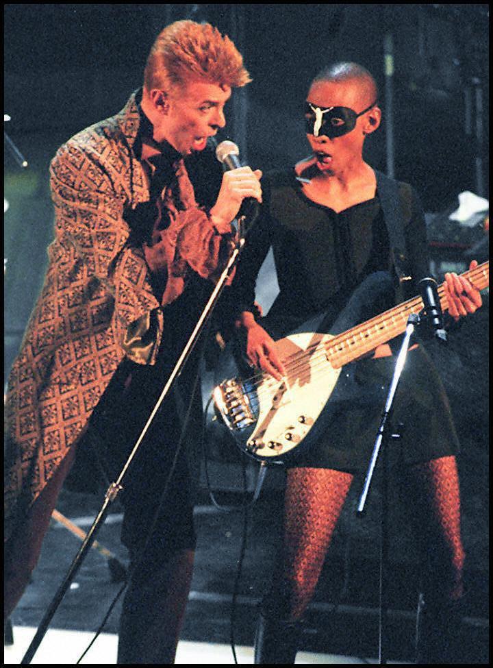 Bowie se teint de nouveau les cheveux en orange en 1997