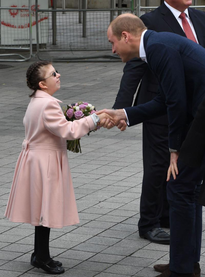 Le prince William avec une enfant qui souffre de troubles mentaux