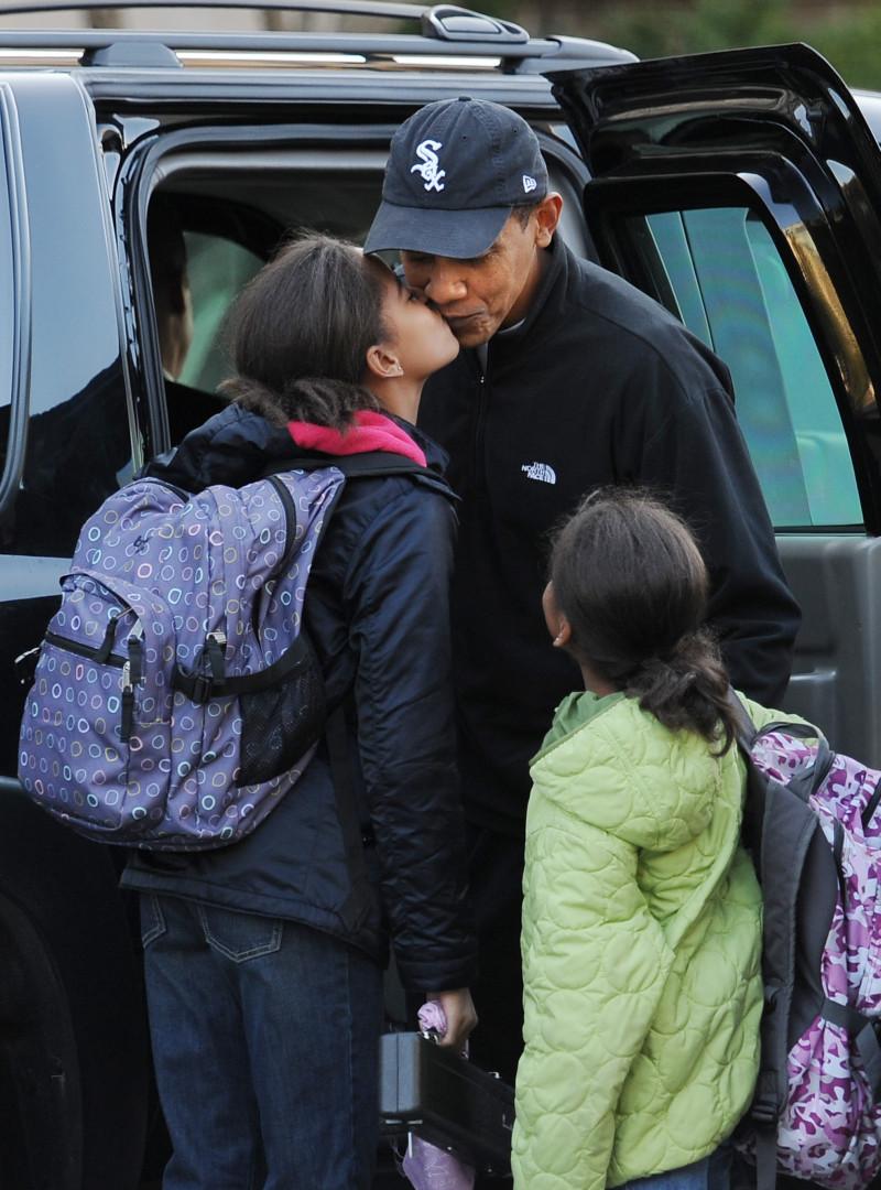 Cartable sur le dos et bisou à leur papa avant d'aller à l'école : Malia et Sasha sont des fillettes - presque - comme les autres...