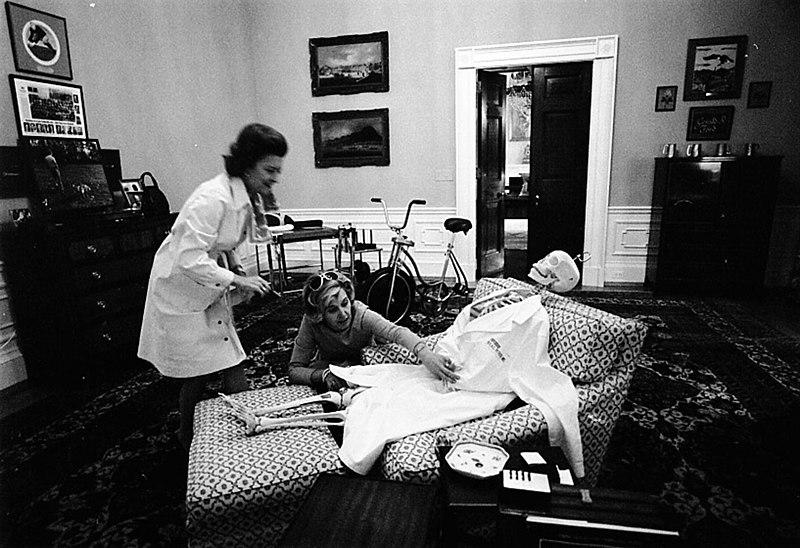 Nancy Howe et Betty Ford habillant un squelette pour Halloween dans la Maison Blanche