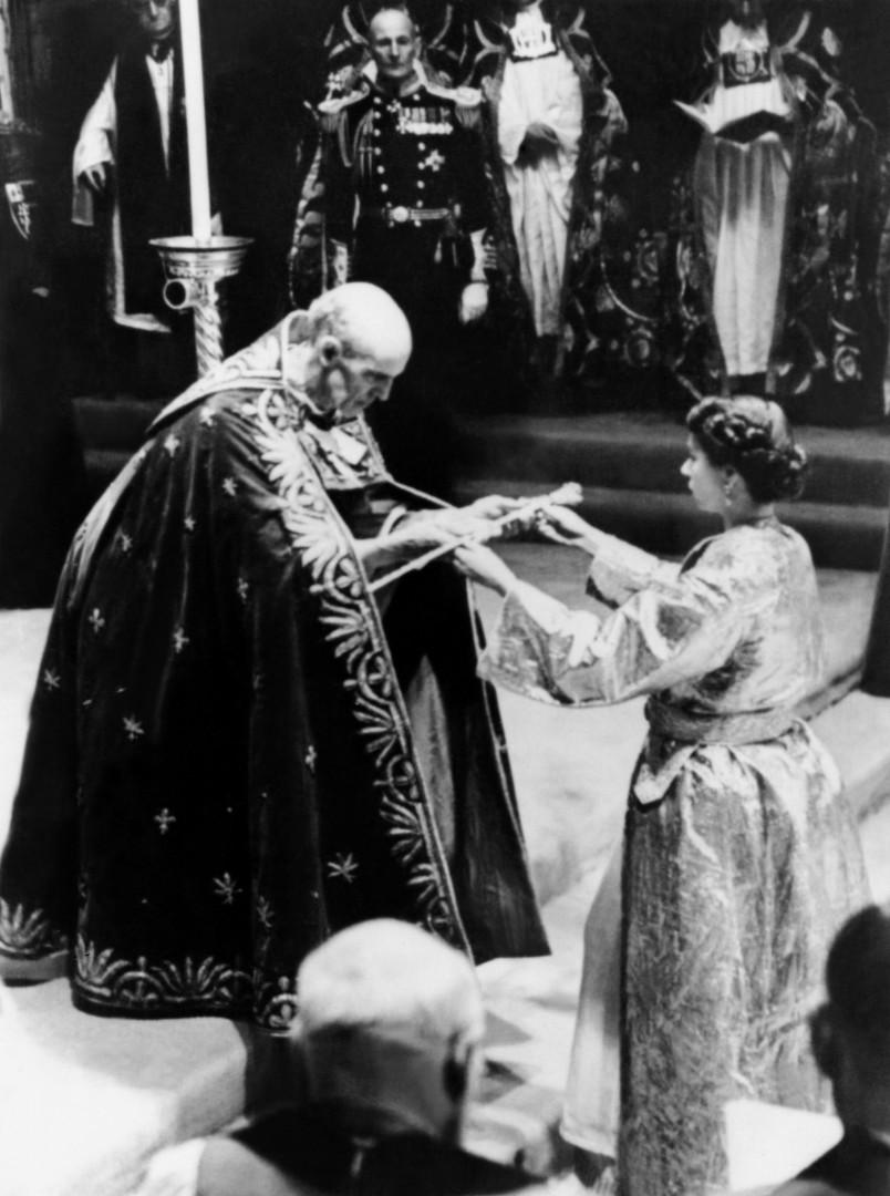 5. Pendant la cérémonie du couronnement à l'abbaye de Westminster en 1952