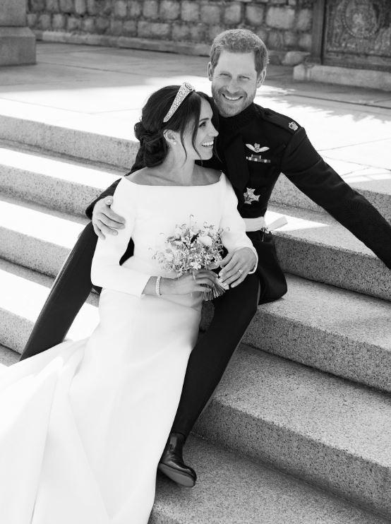 Harry et Meghan tout sourire dans un portrait en noir et blanc