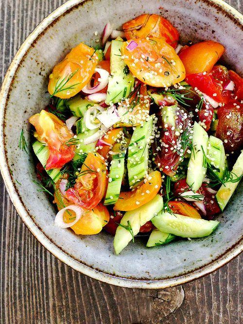 Salade tomates, concombres, poivrons et graines.