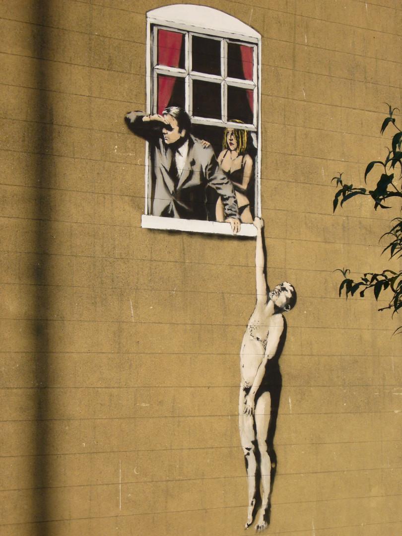 """De nombreux pochoirs de Banksy se retrouvent sur les murs des villes britanniques comme le """"Naked Man"""" de Bristol"""