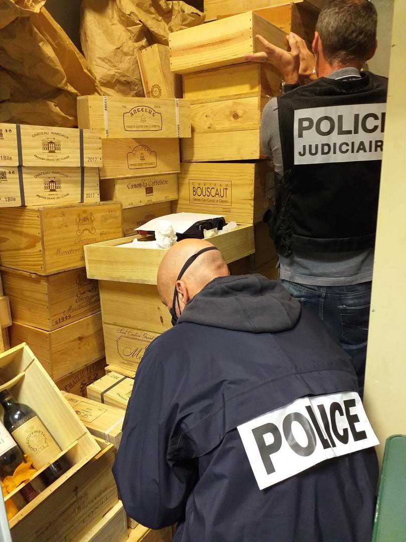 Plus de 900 bouteilles de vins, du château Margaux notamment, ont été saisies par la police.