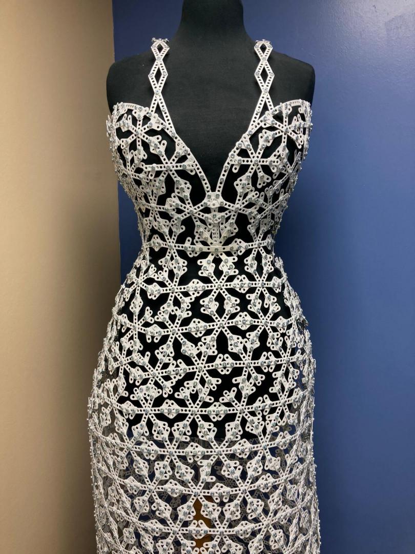La robe en dentelle de Calais, entièrement réalisée en pièces de Meccano.