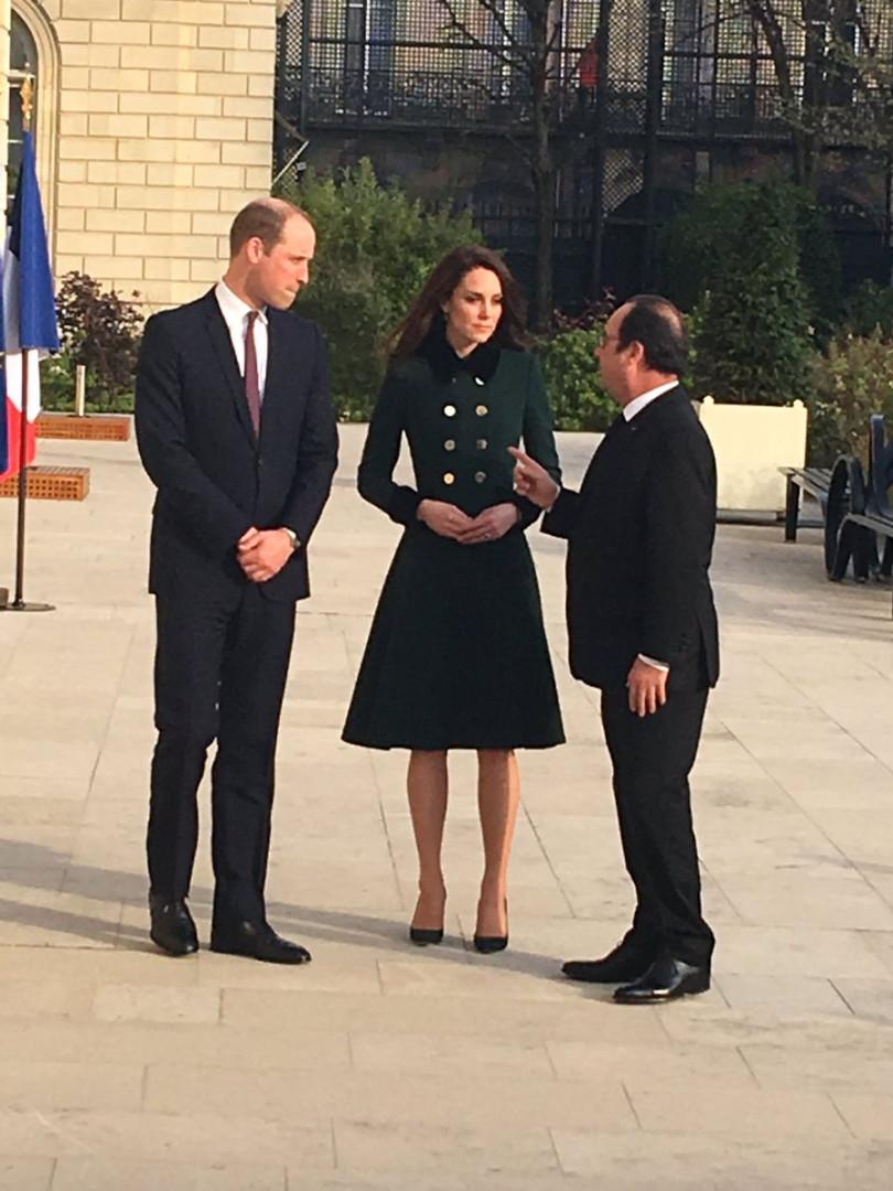 François Hollande, Kate Middleton et le prince William se sont promenés dans les jardins de l'Élysée