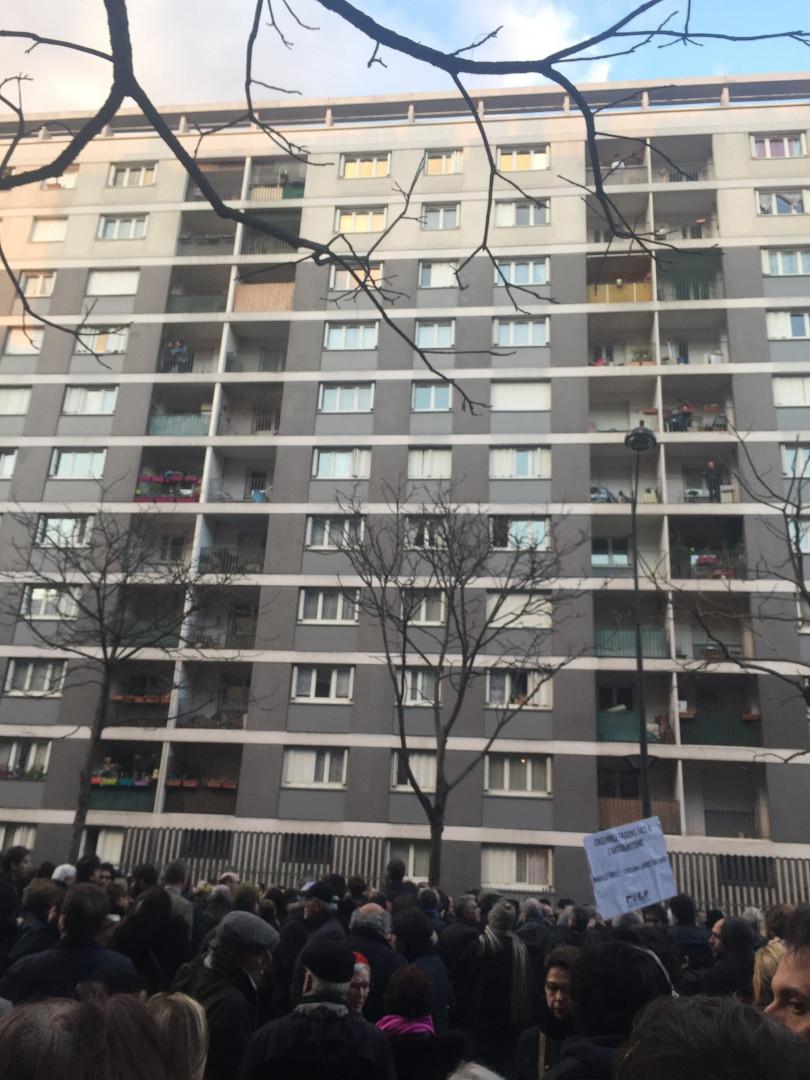 Des milliers de gens ont marché jusqu'à l'immeuble de Mireille Knoll mercredi 28 mars pour rendre hommage à l'octogénaire