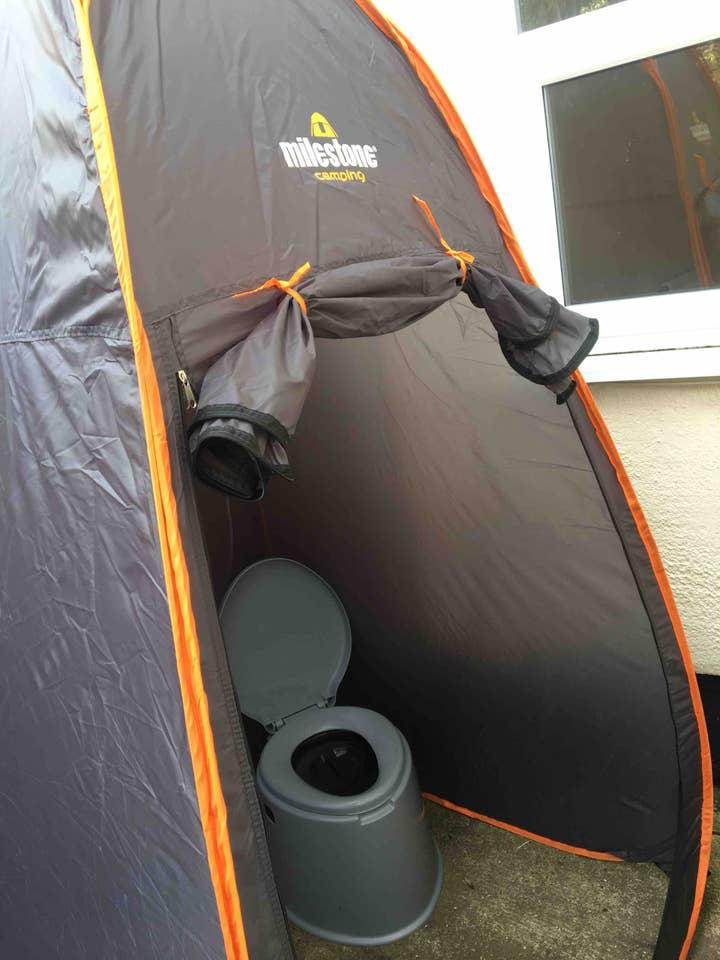 La tente située dans le jardin et hébergeant les toilettes