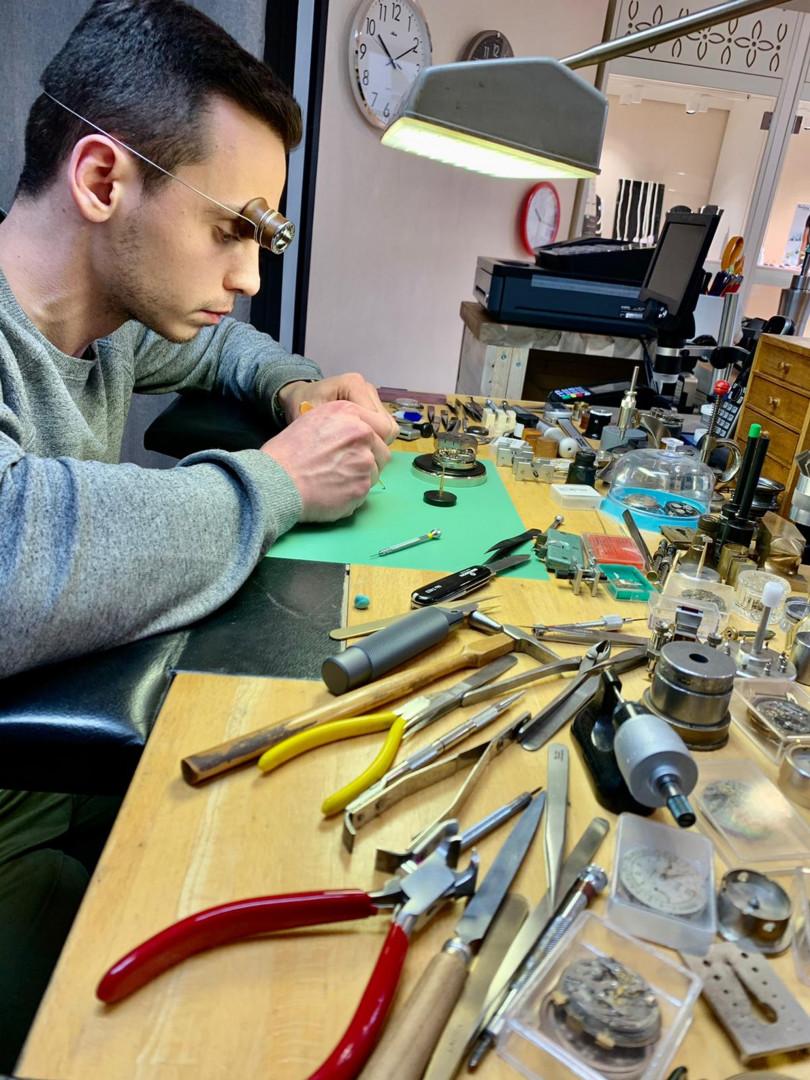 Charles-Hubert Most dans l'atelier d'un horloger de Chamalières en Auvergne
