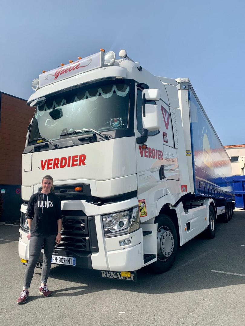 Gaëlle Compte, chauffeur de poids-lourds, devant son camion.