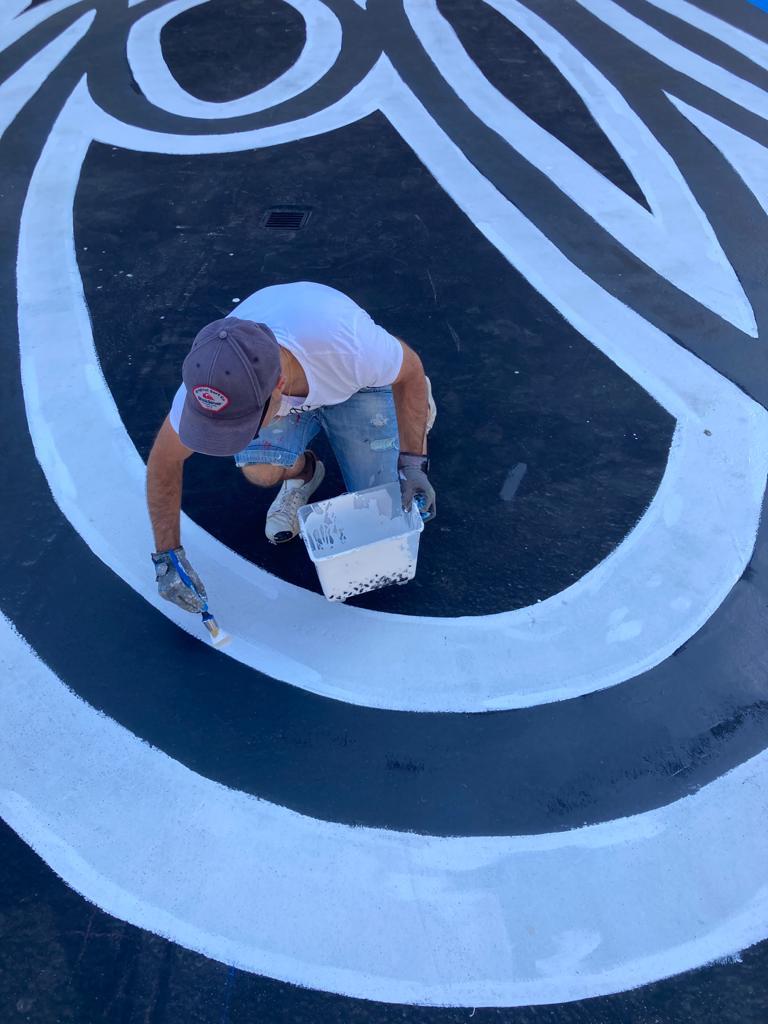Sardo Marsiho représentant la sardine sur le toit d'un immeuble en format XXL.