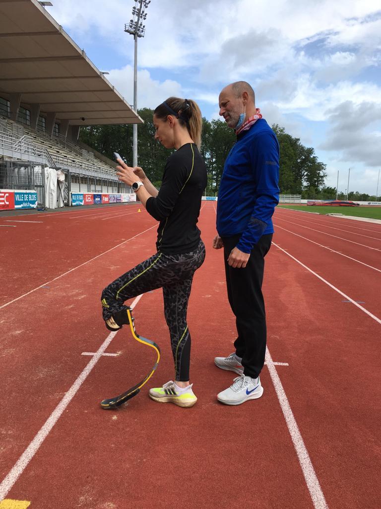 Marie Amélie Le Fur analyse les vidéos de ses entrainements avecJean-Baptiste Souche