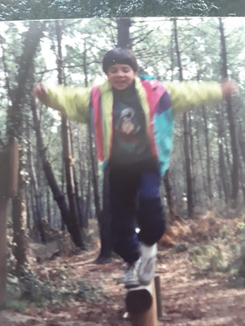 Charline s'essaie à la barre fixe dans les bois