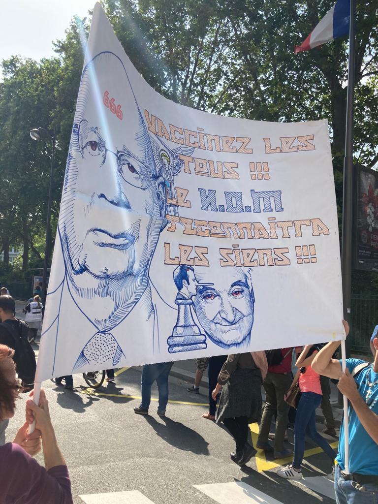 """""""Vaccinez les tous, le nom reconnaîtra les siens"""", peut-on lire sur cette banderole lors de la manifestation anti-vaccin à Paris ce samedi 17 juillet 2021"""