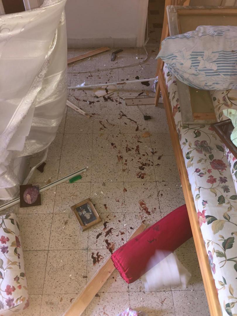 Son appartement était jonché de débris de verre coupants.