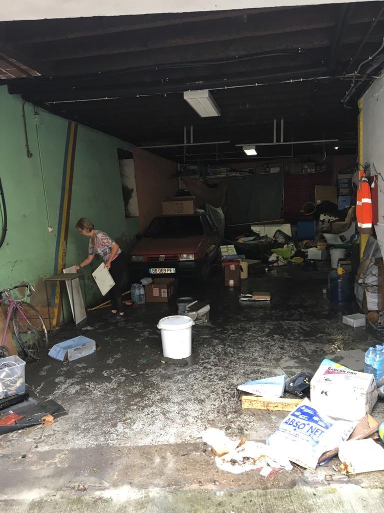 Plusieurs Agenais ont passé leur matinée à nettoyer le sol de leur maison.
