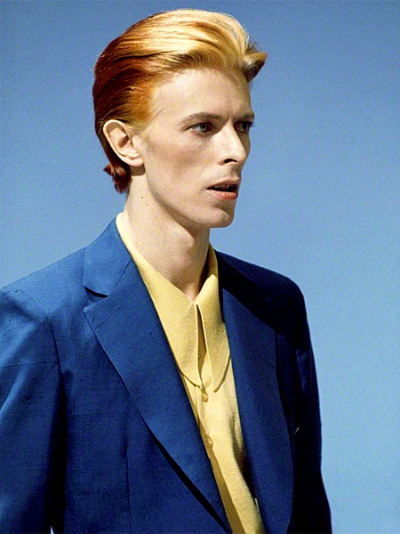 En 1975, le chanteur affectionne les coupes et les costumes lisses