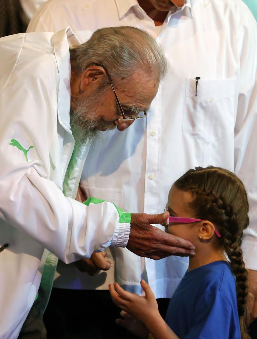 Fidel Castro a rencontré les enfants de la compagnie de théâtre, qui a joué en son honneur à La Havane le 13 août.
