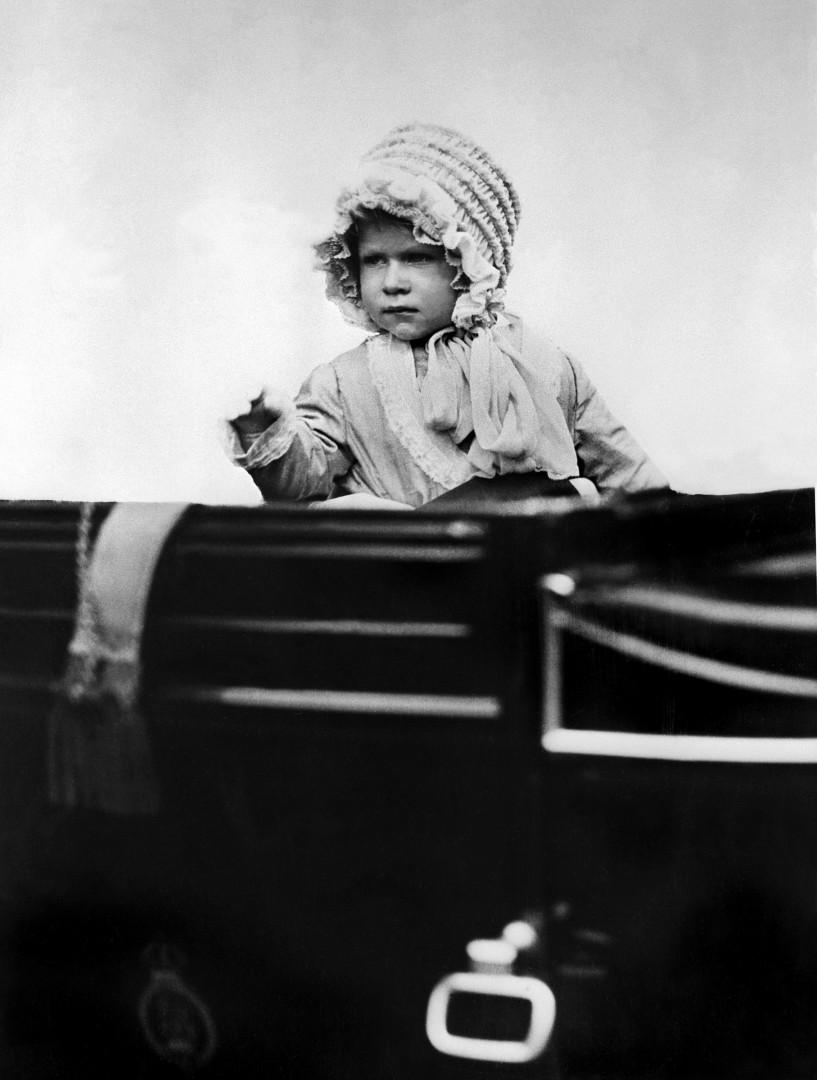 1. Elizabeth II pendant son enfance, ici à 2 ans en 1928