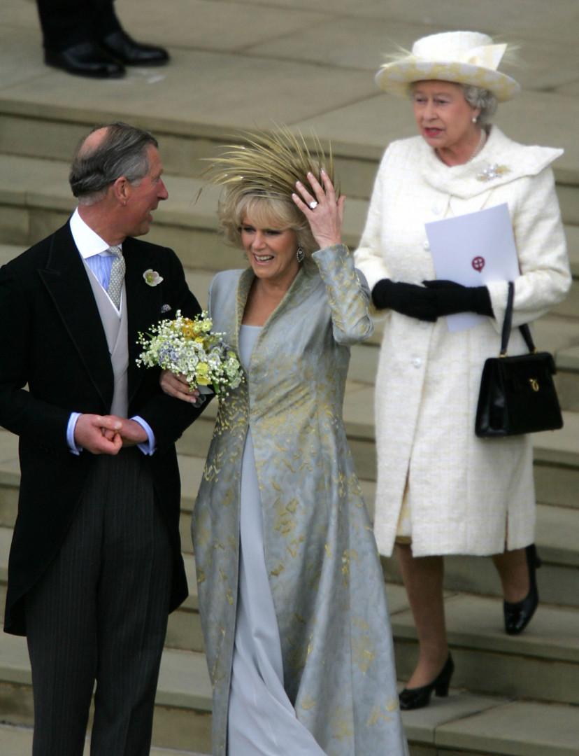 14. Lorsque Charles se remarie en 2005, la Reine est en blanc