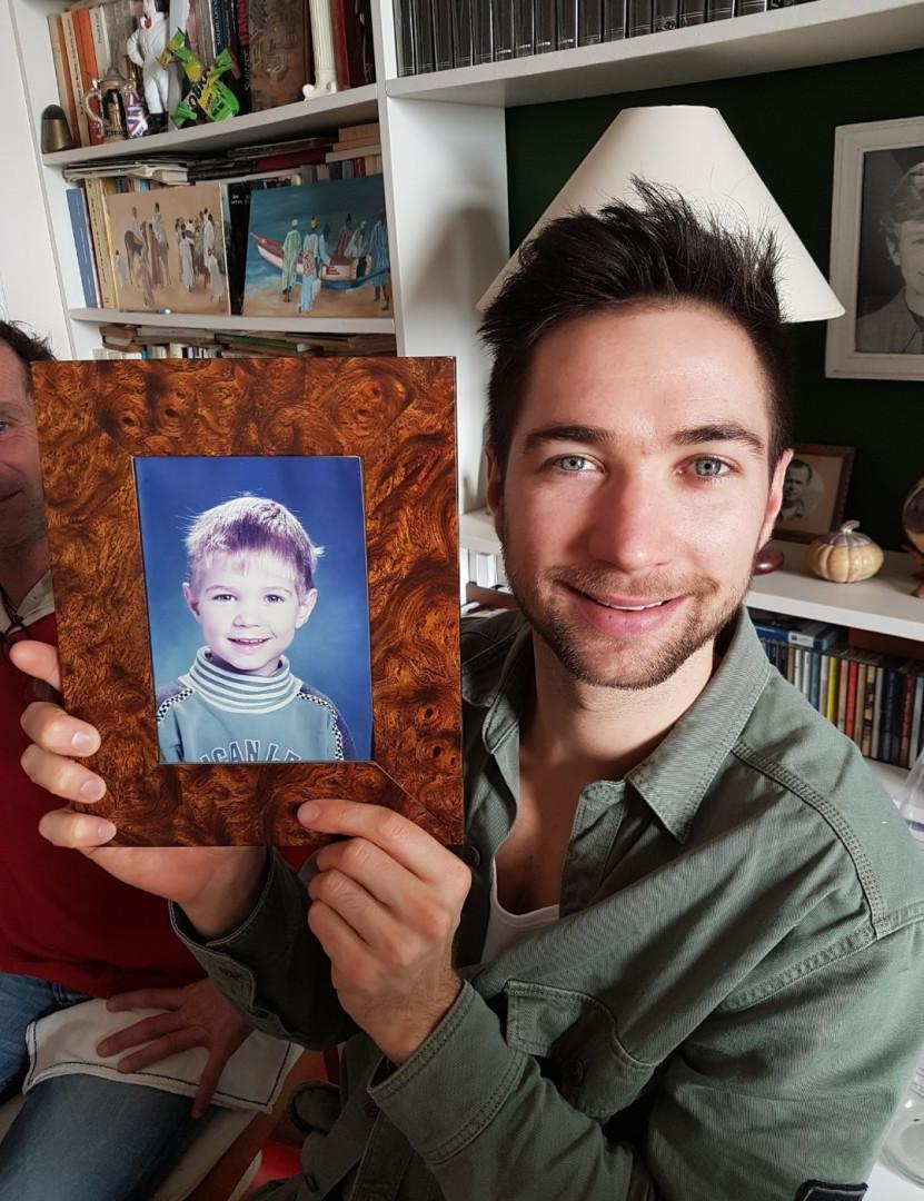 Kévin Tillie avec un portrait de lui petit