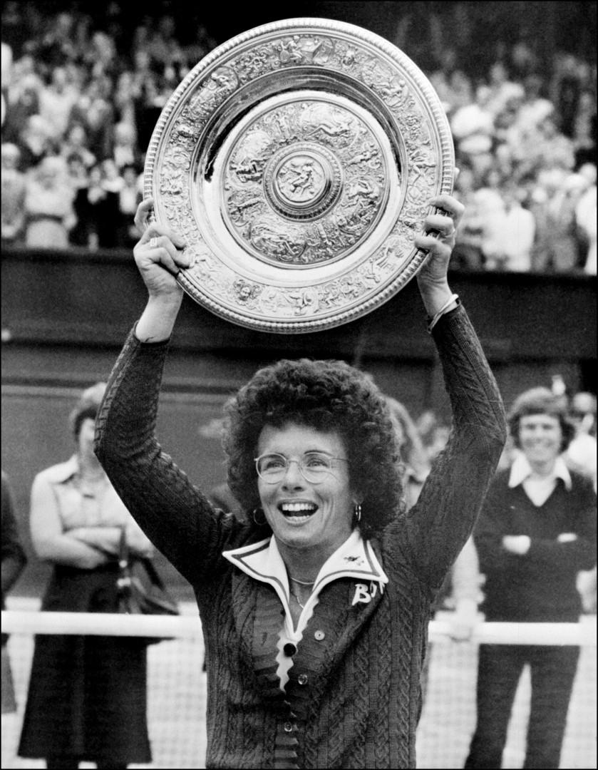 """En 1973, Billie Jean King prend par à un match inédit intitulé """"La guerre des sexes"""". Elle le remporte face à l'ancien joueur Bobby Rings et prouve aux femmes qu'elles méritent l'égalité"""