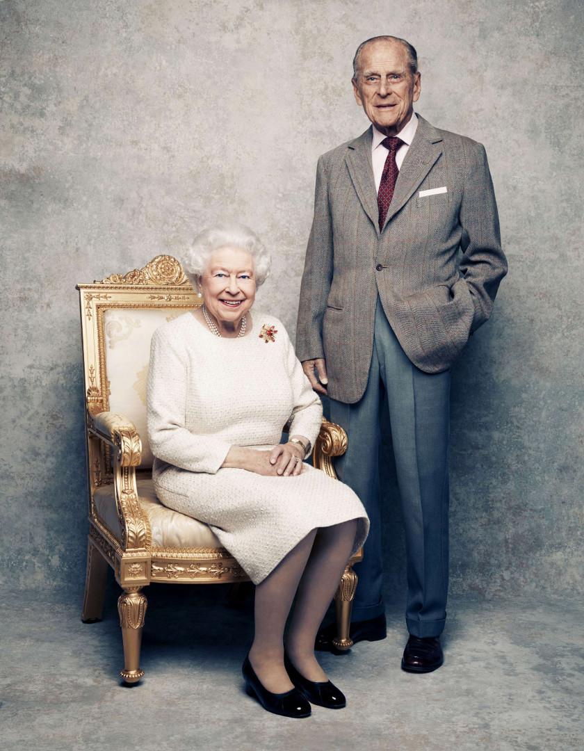 Elizabeth II et le prince Philip sur un fond argenté pour leurs noces de platine