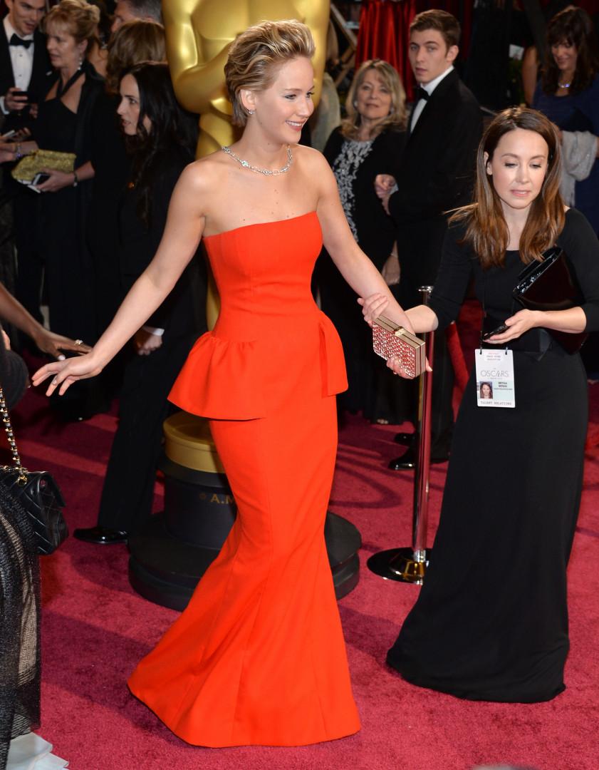 Jennifer Lawrence affectionne particulièrement les robes rouges et signées Dior. Ici lors des Oscars 2014