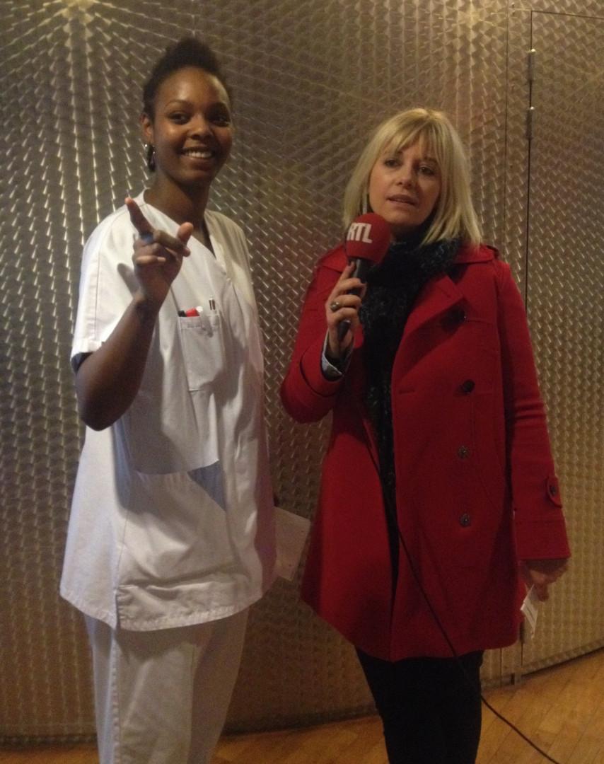 Une infirmière indique la chambre de Rebecca à Flavie - hôpital Necker AP-HP, Paris