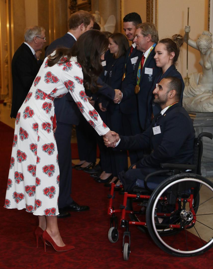 Kate Middleton sert la main de l'athlète paralympique britannique Ali Jawad