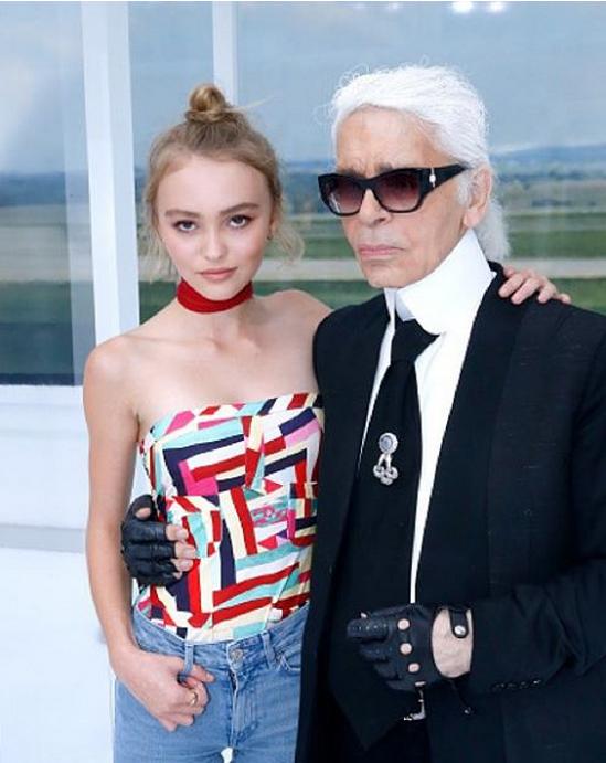 Au Grand Palais, elle a pris la pose avec Karl Lagerfeld